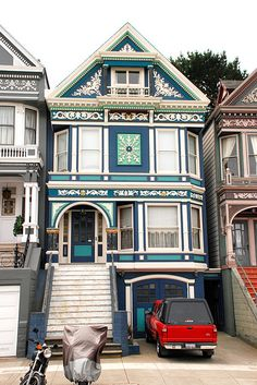 Love this Victorian House and all the pretty details.