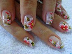 unhas decoradas com flores desenhadas