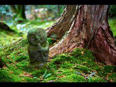 京都  大原三千院。わらべ地蔵。合掌している。