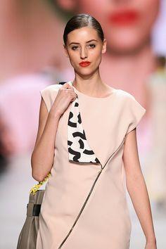 Die minimalistischen Outfits von #LBD Little Black Dress werden kombiniert mit frechen roten Lippen – eine charmant-weibliche Mischung! #MBFDZ © Getty Images
