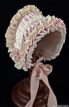 Боннет / Одежда и обувь для кукол своими руками / Бэйбики. Куклы фото. Одежда для кукол Baby Dress Patterns, Doll Clothes Patterns, Antique Dolls, Vintage Dolls, Baby Blessing Dress, Pioneer Clothing, Victorian Hats, Bonnet Hat, Baby Bonnets