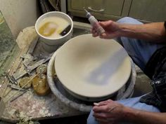 7 slip trailing videos to provide inspiration and explore the range of possibilities of this pottery technique. Give slip trailing a try today! Ceramic Decor, Ceramic Clay, Ceramic Painting, Ceramic Pottery, Pottery Art, Ceramic Techniques, Pottery Techniques, Coil Pots, Pottery Videos