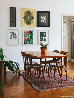 Um apartamento em São Paulo, mas com uma decoração que lembra o clima de praia, com direito a muitas plantas, móveis clarinhos e luz natural de sobra.