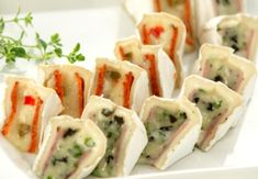 Plněný hermelín – Kulinář.cz Food For Eyes, Big Party, No Bake Cake, Finger Foods, Yogurt, Catering, Sushi, Food And Drink, Low Carb