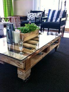 table basse en palette de bois, glace, fleurs verts, chaises, rideaux verts