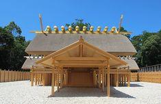 内宮の正宮である皇大神宮についてご紹介。日本人の大御祖神である天照大御神をお祀りする皇大神宮、その由緒と遠隔についてご説明します。お伊勢さんとして親しまれる伊勢神宮へぜひお参りください。