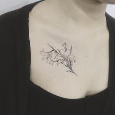 #tattoo#tattoos#tattoowork#tattoo art#tattooartist#flowertattoo#linetattoo#tattooing#tattoogream#타투#여자타투#꽃타투#lilytattoo#백합#백합타투#쇄골타투#라인타투#타투이스꽃#tattooistflower lilylilylily