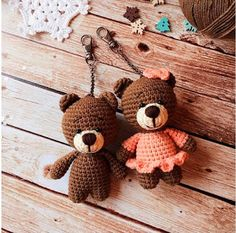 A free crochet pattern of an Amigurumi Teddy Bear. Do you also want to crochet this Amigurumi bear? Read more about the Crochet Pattern Amigurumi Teddy BearRight here you can see how to make this sweet bears amigurumi. Crochet Teddy Bear Pattern, Knitted Teddy Bear, Crochet Amigurumi Free Patterns, Crochet Appliques, Teddy Bear Clothes, Teddy Bear Toys, Teddy Bears, Stuffed Animal Patterns, Stuffed Animals