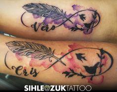 Tatuajes a color con dos plumas, infinito y dos manchas de acuarela.