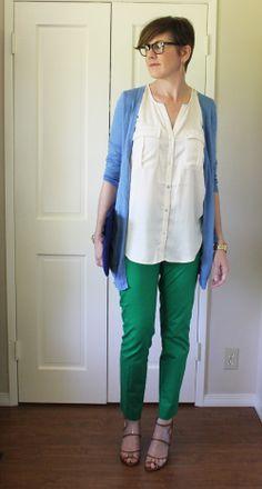 groene aansluitende broek / witte of creme blouse / helderblauw vest over de heup / eenvoudige sandaaltjes