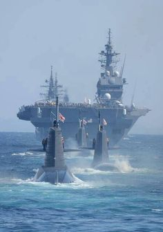 Boote , Yachten & Co. A VERY formidable defence ! These nuclear submarines shadow aircraft carriers Military Weapons, Military Aircraft, Poder Naval, Cruisers, Us Navy Submarines, Navy Carriers, Nuclear Submarine, Navy Aircraft Carrier, Imperial Japanese Navy
