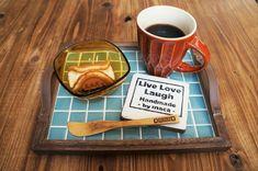 タイルを使ったおしゃれDIY!初めてでも出来る貼り方やコツをご紹介【小物・洗面所・キッチン・庭】 Tic Tac Tiles, Daiso, Diy And Crafts, Plates, Tableware, Creative, Handmade, Design, Interior