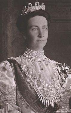 Reina Victoria de Baden, esposa del Rey Gustavo V de Suecia.  Su hijo fue el rey Gustavo VI, padre de la reina Ingrid de Dinamarca, que es la madre de la actual reina de Dinamarca y de Ana María de Grecia, esposa de Constantino (el rey sin trono) y también abuelo de el actual rey de Suecia