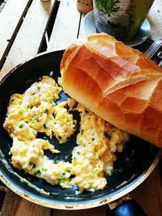#scrummbled  #eggs #bread #breakfast #healthy #food What's better for the first meal of the day than an eggs with a good fresh bread? An eggs with a good fresh bread eaten straight from the pan☝️ I love it 💛💚