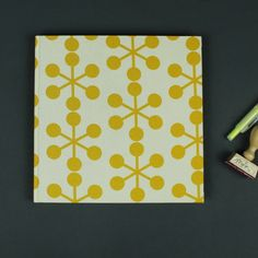 Grafisch gelb weiß gemustertes quadratisches Gästebuch