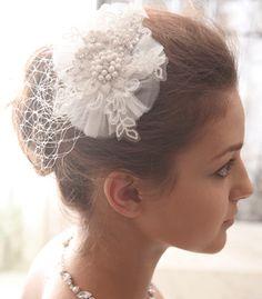 チュールやレースで仕立てた軽い質感が可愛いヘッドドレス。ガーデンパーティーなど自然光の溢れるパーティーに 合いそうです。 ブライダルジュエリーのtamaraはwww.monsoon-bazaar.com/cittaでどうぞ #wedding #bridal #headpiece #vintage #swarovski #weddingjewelry ##costumejewelry #fascinator #花嫁 #結婚式 #ウェディングアクセサリー #ヘッドピース