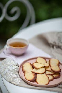 Un peu de douceur avec ces petits biscuits faciles qui se conservent facilement une semaine dans une boîte en métal. Tu peux tout à fait remplacer la fleur d'oranger par de la vanille si c'est plus à ton goût ! Biscuits Faciles, Home Remedies, Tea Time, Desserts, Orange Blossom, Sweet Treats, Gentleness, Vanilla, Tailgate Desserts