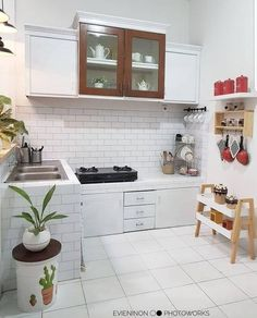 A home kitchen that looks clean will provide comfort in your cooking. let's look at tips and tricks in designing your kitchen in a simple way here ! Loft Kitchen, Home Decor Kitchen, Home Kitchens, Dirty Kitchen Design, Home Room Design, Bathroom Design Luxury, Scandinavian Kitchen, Luxury Decor, Minimalist Kitchen