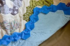 I really liked this tutorial by badskirt on finishing your hexagon quilts , only my hexagon quilt is so large I needed to slightly adapt th. Hexagon Patchwork, Hexagon Pattern, Hexagon Quilt, Patchwork Ideas, Quilting Tutorials, Quilting Projects, Quilting Designs, Sewing Projects, Sewing Tips