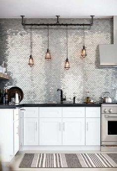 Une crédence de cuisine brillante en carreaux d'aluminium