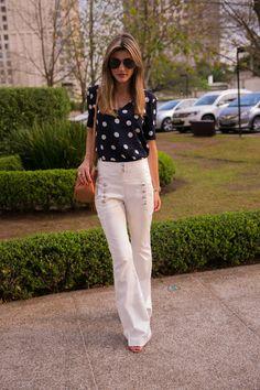 Look do dia Maria Rudge | Calça Flare e Blusa de Poá - Shop2gether