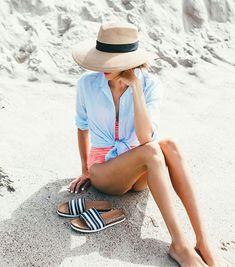Que tal usar camisa na praia? Essa azul ficou uma graça com o maiô laranja!