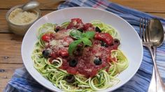 """ucchini Spaghetti mit Paprika-Oliven-Tomatensauce    15. April 2015 by Sina Leave a Comment    Gemüsespaghetti aus Zucchini oder Karotten sehen nicht nur toll aus, sondern sind auch richtig lecker. Natürlich schmecken sie nicht genau wie Hartweizennudeln, was ja auch ziemlich seltsam wäre, aber sie können sich als """"Spaghetti"""" definitiv sehen lassen! Sie sind nicht nur viel schneller zubereitet als herkömmliche Hartweizen Spaghetti, sondern sind auch noch richtig kalorienarm."""