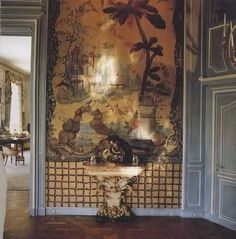 Wallpaper with 18th century chinoiserie in Paris dining room Duke and Duchess of Windsor