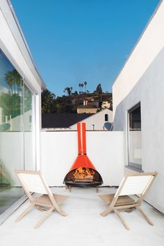 In a renovated Los Feliz abode, a vintage fireplace found at the Rose Bowl Flea Market outfits a rooftop deck. Photo by Floto + Warner. Photo by: Floto + Warner Vintage Fireplace, Cozy Fireplace, Fireplace Design, Victorian Fireplace, Interior Exterior, Home Interior Design, Exterior Design, Modern Interior, Foyers