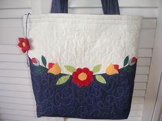I love the flowers. Patchwork Bags, Quilted Bag, Handmade Handbags, Handmade Bags, Bag Quilt, Fab Bag, Denim Tote Bags, Denim Crafts, Jute Bags