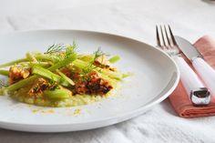 Insalata di salmone speziato, sedano e finocchi. Ricetta e foto di Roberta Castrichella.