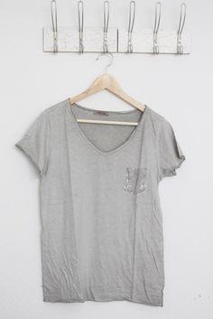 DEINLIEBLINGSLADEN Basic-V-Neck mit Paillettentasche, light grey