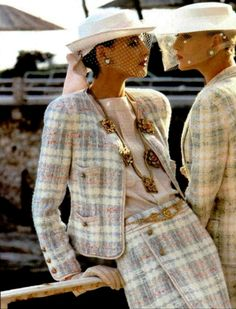 Chanel campaign Summer 1984 with Inès de la Fressange and Christine Bolster shot by Helmut Newton Chanel Outfit, Chanel Jacket, Chanel Fashion, 80s Fashion, Fashion Week, Look Fashion, Vintage Fashion, Womens Fashion, Fashion Stores
