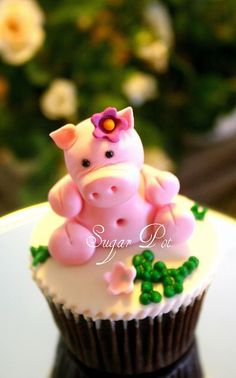 Gulabi in hindi means Pink. Handmade sugar paste pig, part of the barn yard cake and cupcake topper. Piggy Cupcakes, Piggy Cake, Yummy Cupcakes, Cupcake Cookies, Fancy Cakes, Mini Cakes, Cup Cakes, Cakepops, Pretty Cakes
