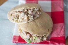 Ben jij ook dol op tonijnsalade maar wil je niet altijd mayonaise gebruiken als basis? Deze Lunchpita met Huttenkase-Tonijnsalade is een lekker gezond!