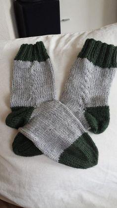 Zweifarbige Socken mit Zopfmuster