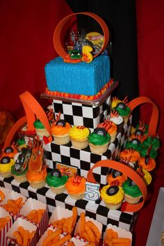 This Hot Wheels party theme takes the cake! Click here to find more birthday inspiration for you little racer's big day. Race Car Birthday, Cars Birthday Parties, Diy Birthday, Hot Wheels Birthday, Birthday Cakes, Birthday Ideas, Hot Wheels Cake, Hot Wheels Party, Autos Hot Wheels