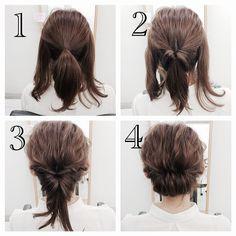 両サイドに残した毛をねじりながら後ろに持っていき、二つを一つにくくってくるりんぱの中に入れます。 下に落ちてる毛をまたくるりんぱの中にいれて終わり