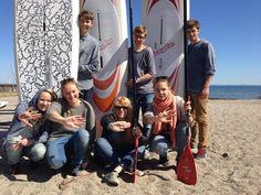 Unge fra Vedbæk Surfklub sender en solskinshilsen til alle unge kræftramte. Kom med ud til stranden og SUP padle med os! #HOLDOMMIG #surf