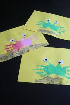 Krabben op het strand! Verf op de handjes, 2 oogjes plakken, lijm aan de onderkant en bestrooien met zand.