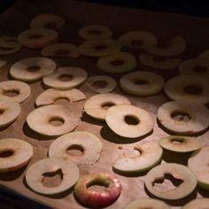 Gesunde Knusper Apfelchips –ganz einfach selber machen, Apfelchips sind der perfekte Snack für Unterwegs oder für die Arbeit oder Schule.