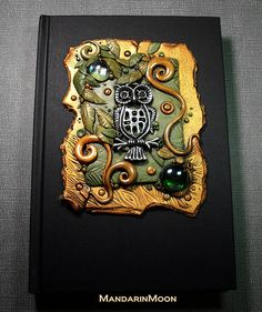 This was a custom journal request. They wanted a journal with an owl using olive green and gold polymer clay. The owl itself is a metal piece I found an. Custom Owl Journal Polymer Clay and Glass Polymer Clay Owl, Polymer Clay Kunst, Polymer Clay Creations, Polymer Clay Jewelry, Clay Art Projects, Polymer Clay Projects, Polymer Journal, Owl Books, Custom Journals
