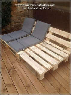 Pallet Outdoor Furniture Reclining Seats for Your Patio or Deck - Outdoor pallet furniture ideas help you make your backyard into an outdoor living area that you can enjoy with your family. Find the best designs! Diy Garden Furniture, Wooden Pallet Furniture, Diy Outdoor Furniture, Diy Pallet Furniture, Diy Pallet Projects, Backyard Projects, Outdoor Decor, Furniture Ideas, Wooden Pallets