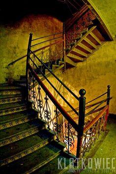Wrocław Stare Miasto. Kamienica z klatką schodową z żeliwną balustradą.