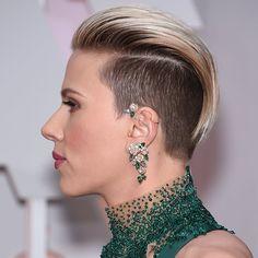 Sidecut et mèches relevées sur le haut de la tête pour Scarlett Johansson