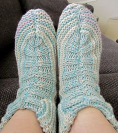 Maikin kontti: Hauskat ja superhelpot tossukat (ohje) Leg Warmers, Slippers, Socks, Legs, Knitting, Outfits, Accessories, Fashion, Shoes
