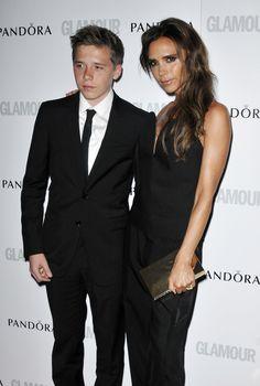 Victoria Beckham llevó a su hijo Brooklyn como acompañante a la entrega de premios Mujer del Año 2013 organizados por la revista Glamour, en Londres, Reino Unido.