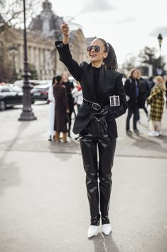 Attendees at Paris Fashion Week Fall 2020 - Street Fashion Cool Street Fashion, Paris Fashion, Autumn Fashion, Fashion Photo, Fashion Looks, Autumn Street Style, Leather Pants, Normcore, Paris Street