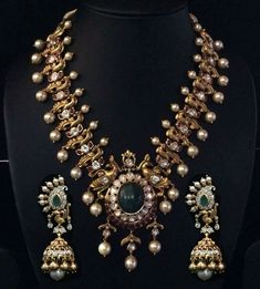 Peacock Necklace with Pearls - Jewellery Designs Indian Jewelry Sets, Indian Wedding Jewelry, Bridal Jewelry, India Jewelry, Coin Jewelry, Jewelry Stand, Temple Jewellery, Gems Jewelry, Indian Bridal