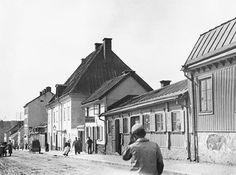 Götgatan 72 söderut. I fonden skymtar Skanskvarn. Nu ligger Ringvägen 102 och Åhléns varuhus på Södermalm här - Stockholmskällan